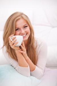 sosiale medier jente som koser seg med kaffen 200x300 Markedsføring i sosiale medier